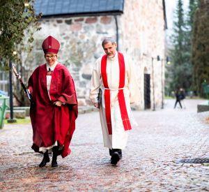piispa kaisamari Hintikka kävelee tuomiorovasti Antti Kujanpään kanssa